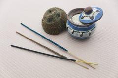 Diverso pote del incienso con la cáscara del arroz y del coco Imágenes de archivo libres de regalías