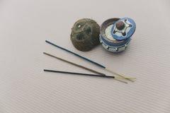 Diverso pote del incienso con la cáscara del arroz y del coco Foto de archivo libre de regalías