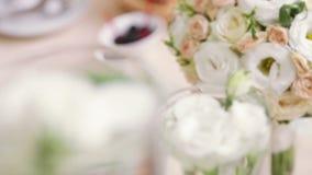 Diverso Rosa branca no vaso vídeos de arquivo