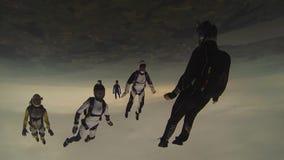 Diverso skydiver que cai no céu nebuloso da noite Esporte extremo velocidade Terra verde vídeos de arquivo