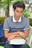 Diverso studente maschio Alone With Notebooks dell'istituto universitario fotografia stock libera da diritti