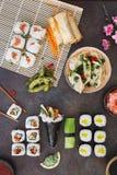Diverso sushi, almuerzo japonés y acompañamientos Foto de archivo libre de regalías