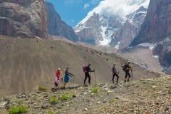 Diverso Team Walking su Rocky Ridge Fotografie Stock Libere da Diritti