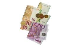 Diverso tipo de moneda euro acuña en los billetes de banco doblados, un sistema Imagen de archivo libre de regalías