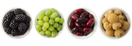 Diverso verano fresco Zarzamoras, uvas, redberries y frambuesas amarillas en un cuenco blanco Imagenes de archivo