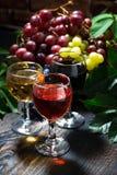 diverso vino del surtido en el fondo de madera oscuro, vertical imagenes de archivo