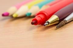 Diversos accesorios coloridos de la escuela para dibujar y escribir Foto de archivo libre de regalías