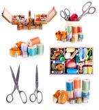 Diversos accesorios de costura: tijeras viejas, botones, hilos en w Foto de archivo
