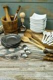 Diversos accesorios de la cocina de la lata, madera y de cerámica verdes olivas Imagen de archivo