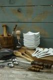 Diversos accesorios de la cocina de la lata, madera y de cerámica verdes olivas Foto de archivo libre de regalías