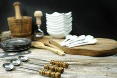 Diversos accesorios de la cocina de la lata, madera y de cerámica verdes olivas Fotos de archivo libres de regalías