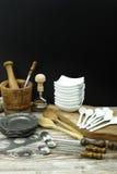 Diversos accesorios de la cocina de la lata, madera y de cerámica verdes olivas Imagenes de archivo