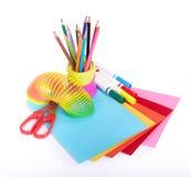 Diversos accesorios de la escuela a la creatividad de los niños foto de archivo