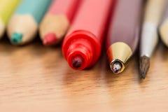 Diversos accesorios de la escuela para dibujar y escribir Imagenes de archivo