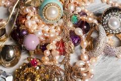 Diversos accesorios femeninos en la tabla Fotografía de archivo libre de regalías