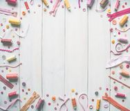 Diversos accesorios, hilos, cintas, agujas, hacer punto y otro de costura contra la perspectiva de los tableros blancos Copie el  imágenes de archivo libres de regalías