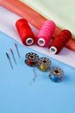 Diversos accesorios para coser Fotos de archivo libres de regalías