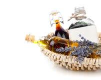 Diversos aceites esenciales con las flores de la lavanda Fotografía de archivo