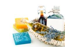 Diversos aceites esenciales con las flores del jabón y de la lavanda Foto de archivo