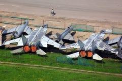 Diversos aeroplanos viejos de la caza a reacción que se colocan en el aeropuerto cerrado Foto de archivo libre de regalías