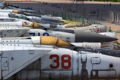 Diversos aeroplanos viejos que se colocan en el aeropuerto cerrado Foto de archivo