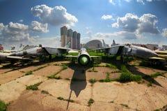 Diversos aeroplanos viejos que se colocan en el aeropuerto cerrado Imágenes de archivo libres de regalías