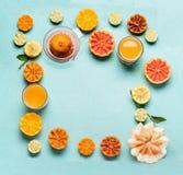 Diversos agrios y bebidas de la vitamina C con el jugo presionado fresco Forma de vida sana Fondo de la comida, marco antioxidant fotografía de archivo