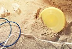 Diversos artículos para el día de fiesta de la playa en la arena Fotos de archivo