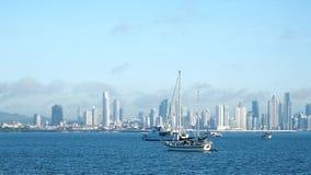 Diversos barcos ancorados perto da calçada de Amador em Panamá fotos de stock