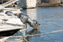 Diversos barcos de motor amarrados na doca Yatchs no porto imagem de stock royalty free