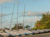 Diversos barcos de navigação que descansam na costa, foto horizontal, foto recolheram Nova Zelândia, foto são usab Fotos de Stock