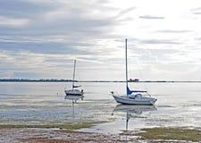 Diversos barcos encalhados na maré baixa Fotografia de Stock