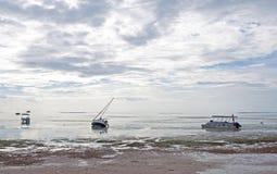 Diversos barcos encalhados na maré baixa Fotografia de Stock Royalty Free