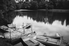 Diversos barcos no cais no lago nas madeiras Fotografia de Stock