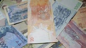 Diversos billetes de banco asiáticos que giran en placa giratoria Moneda internacional de Asia Dinero tradicional del efectivo metrajes