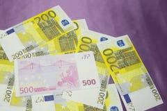 Diversos billetes de banco euro de 200 y 500 billetes de banco euro en una capa continua Imagen de archivo libre de regalías