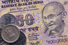 Diversos billetes de banco y monedas del dinero indio imagen de archivo