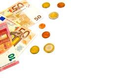 Diversos billetes de banco y monedas de los euros aislados en un fondo blanco con el espacio de la copia para el texto Foto de archivo libre de regalías