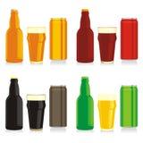 Diversos botellas, latas y vidrios aislados de cerveza Foto de archivo libre de regalías