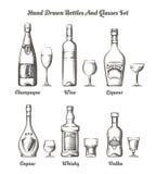 Diversos botellas y vidrios del alcohol ilustración del vector