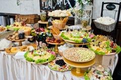 Diversos cacahuetes, queso, carne y ensaladas en la recepción nupcial Imagen de archivo