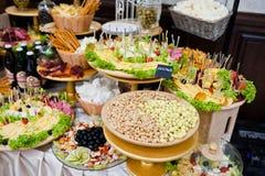Diversos cacahuetes, queso, carne y ensaladas en la recepción nupcial Imagen de archivo libre de regalías
