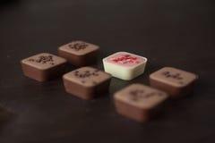 Diversos caramelos en una tabla de madera imágenes de archivo libres de regalías