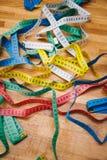 Diversos centímetros para coser en la tabla Fotografía de archivo