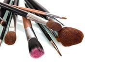 Diversos cepillos cosméticos del maquillaje aislados en blanco imagen de archivo libre de regalías