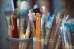 Diversos cepillos de pintura en taller del ` s del paiter Primer Imagenes de archivo