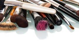 Diversos cepillos del cosmético para el maquillaje aislados en blanco fotografía de archivo libre de regalías
