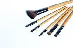 Diversos cepillos del maquillaje aislados sobre el fondo blanco Foto de archivo