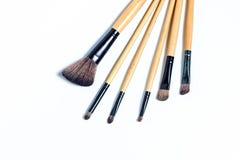 Diversos cepillos del maquillaje aislados sobre el fondo blanco Fotos de archivo libres de regalías