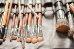 Diversos cepillos del maquillaje para la novia en ceremonia de boda fotografía de archivo libre de regalías